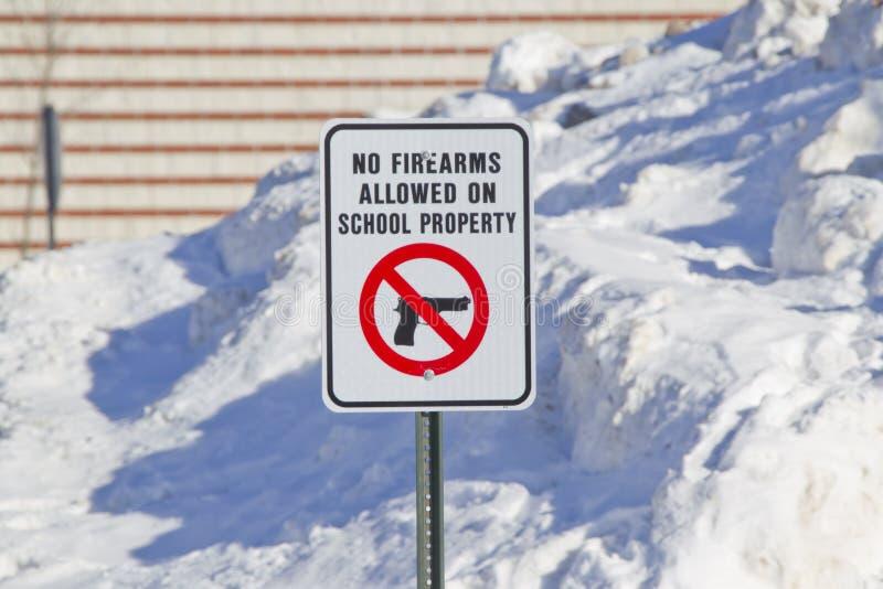 Nessun armi da fuoco permesse sul segno della proprietà della scuola fotografia stock