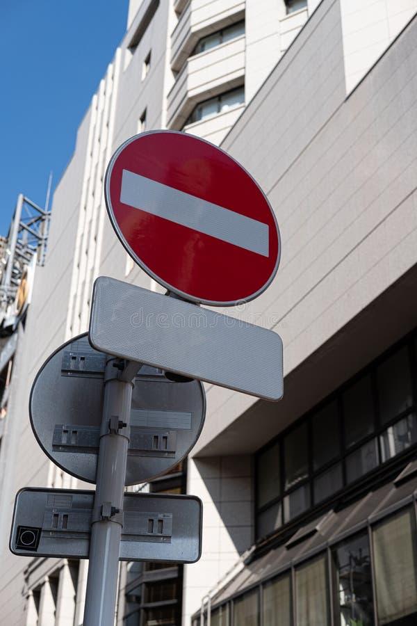Nessun dell'entrata segnale nella città con gli ambiti di provenienza della costruzione immagine stock