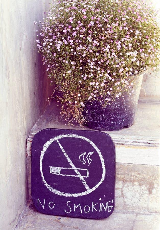 Nessun disegno disponibile del segno del fumo con il fiore zingaresco immagini stock