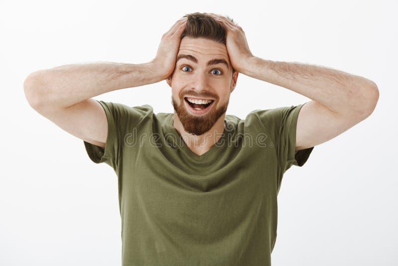 Nessun modo che avete ottenuto di scherzarmi Stupito felice e sorpreso ha entusiasmato l'uomo bello con la barba in testa verde o immagini stock libere da diritti