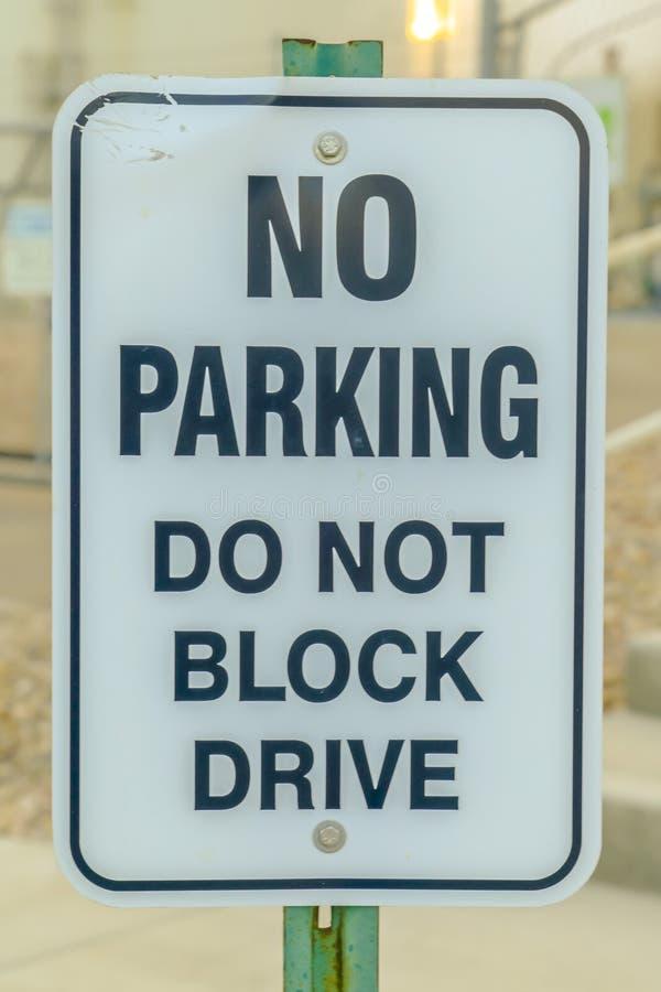 Nessun parcheggio non blocca il segnale stradale dell'azionamento fotografia stock libera da diritti
