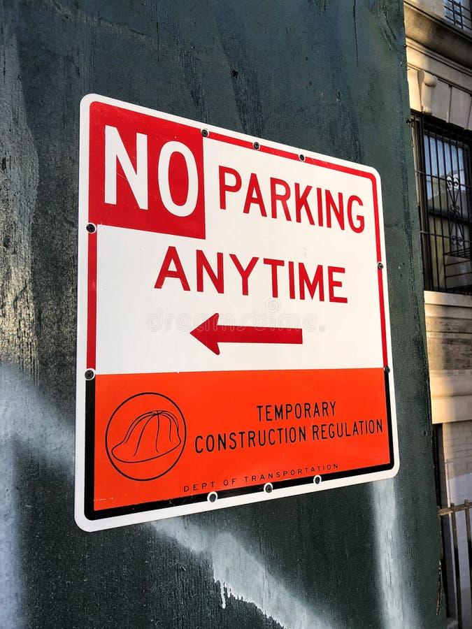 Nessun parcheggio in qualunque momento firma dentro New York immagine stock