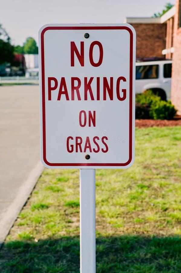 Nessun parcheggio sulla fine del segno dell'erba su fotografia stock libera da diritti