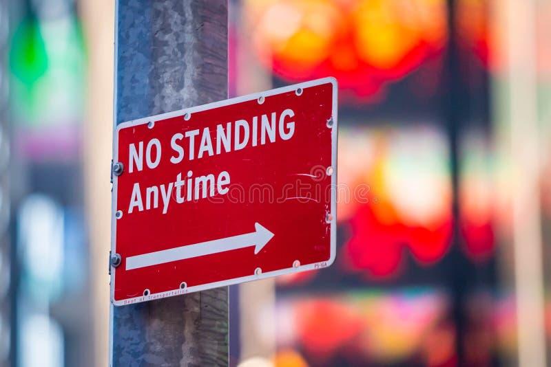 Nessun in qualunque momento segnale stradale diritto in città fotografia stock