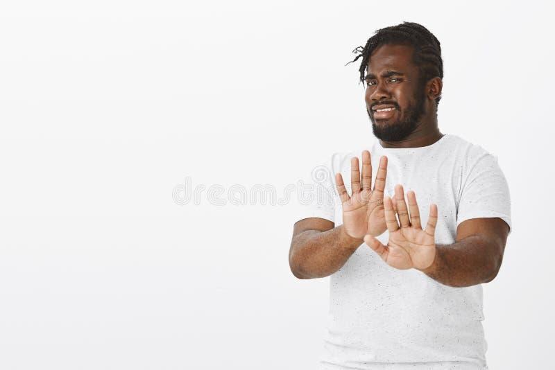 Nessun ringraziamenti, rifiuto Ritratto dell'uomo afroamericano attraente intenso dispiaciuto con la barba ed i baffi, tirante immagini stock