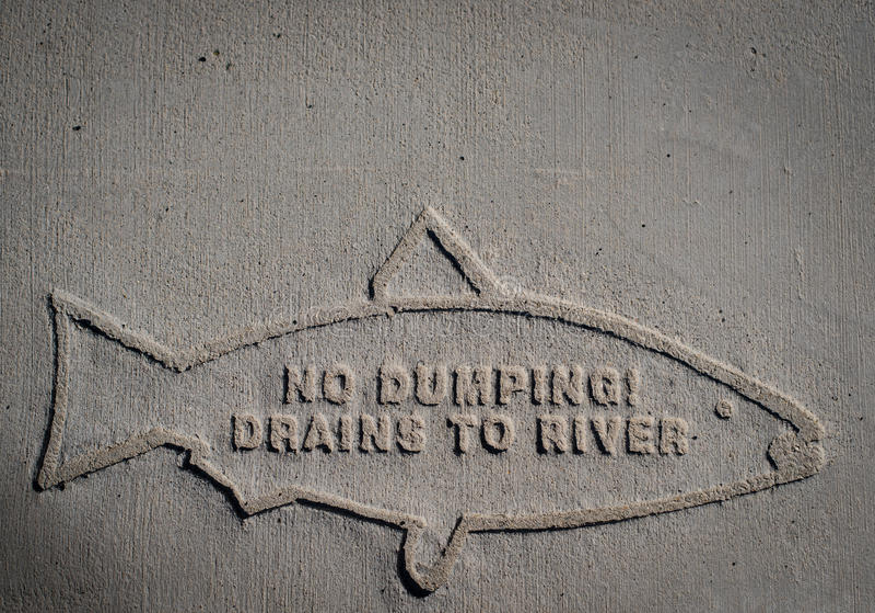 Nessun scoli di dumping al fiume fotografia stock libera da diritti