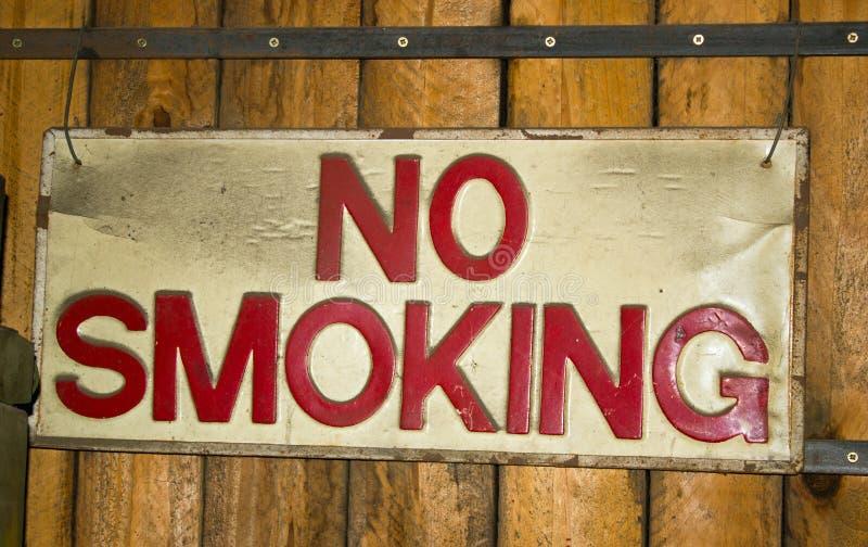 Nessun segnale di fumo che avverte le persone di non fumare immagini stock libere da diritti