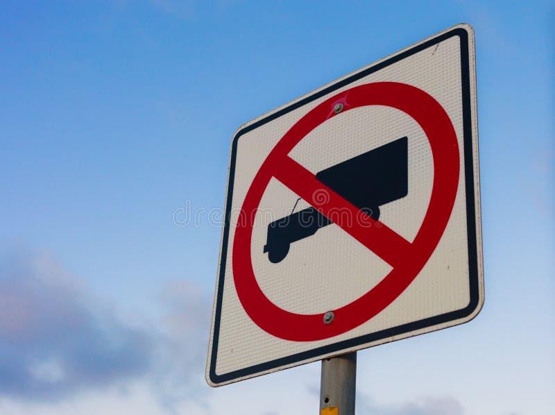 Nessun segnale stradale dei camion contro il fondo del cielo blu con la stazione termale della copia immagini stock libere da diritti