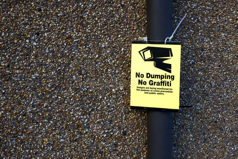 Nessun segnale stradale di dumping e parete del CCTV dei graffiti fotografia stock libera da diritti
