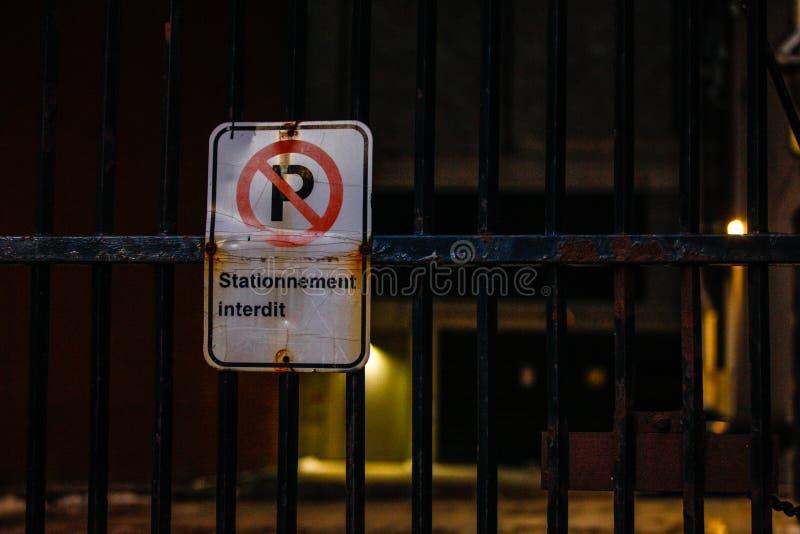 Nessun segnale stradale di parcheggio alla notte fotografie stock