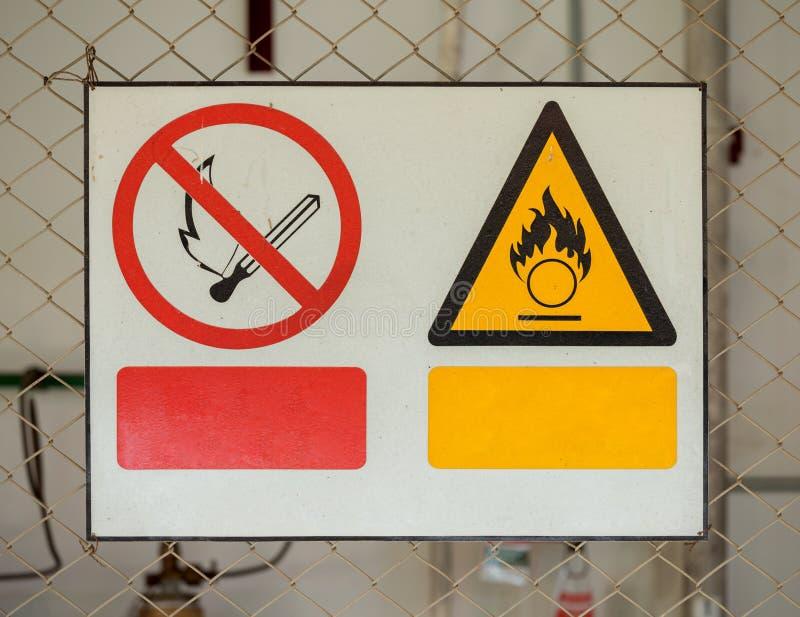 Nessun segno del fuoco e segni di allarme antincendio fotografia stock