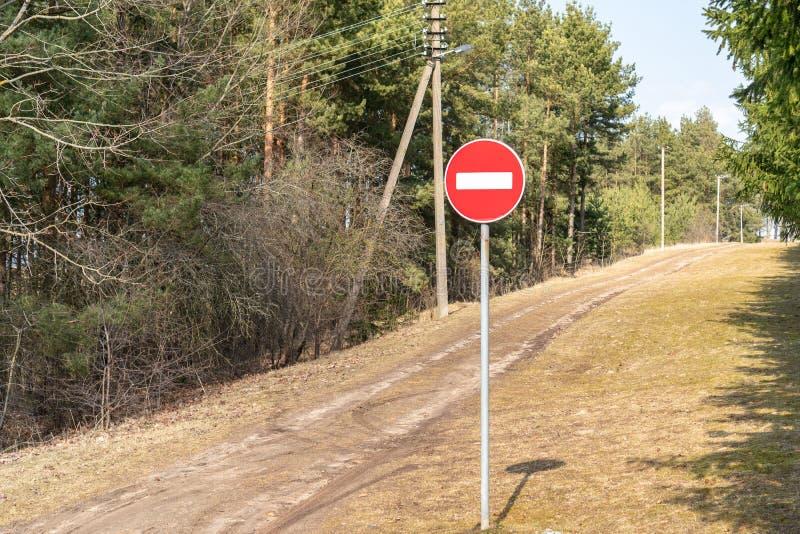 Nessun segno dell'entrata davanti ad un sentiero nel bosco immagini stock libere da diritti