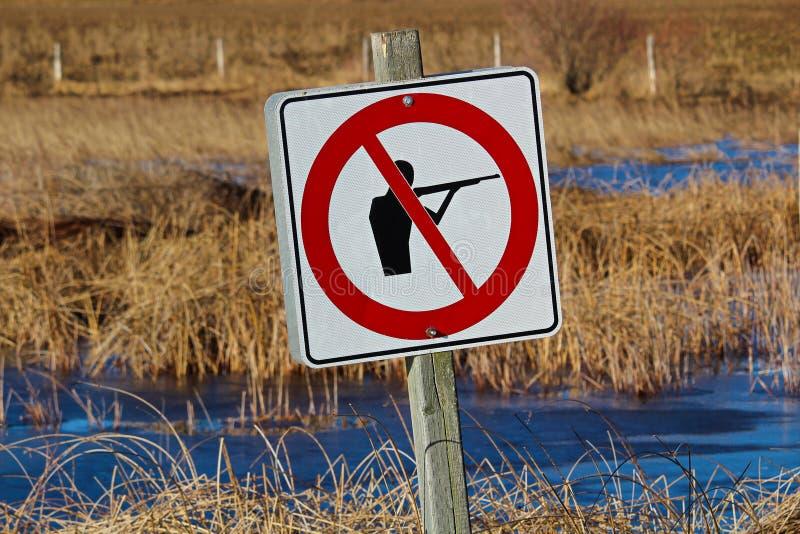 Nessun segno di caccia lungo un percorso della natura immagini stock