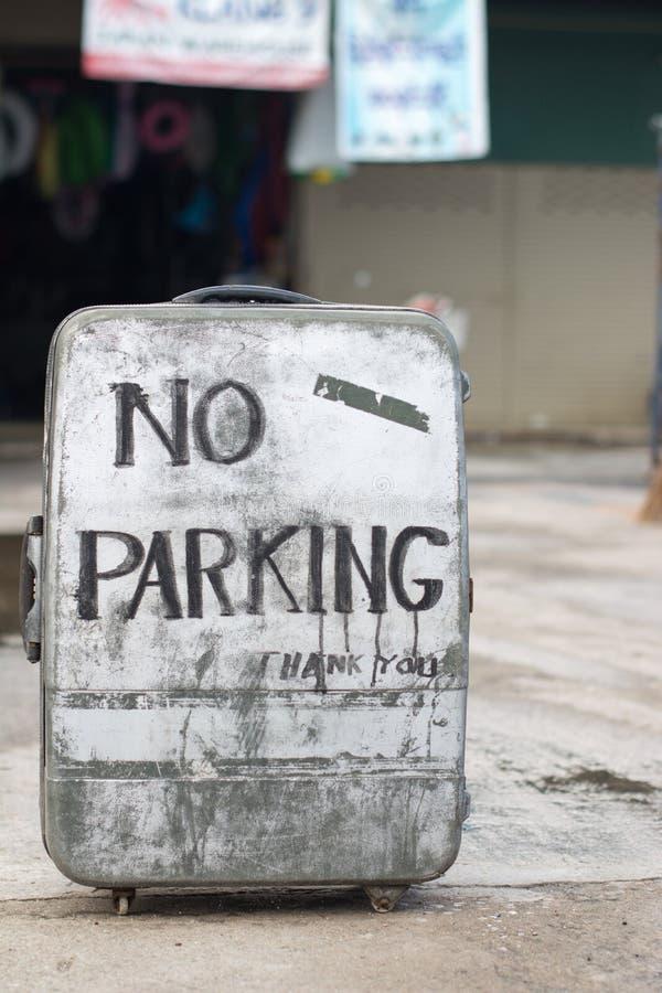Nessun segno di parcheggio su una vecchia valigia fotografie stock