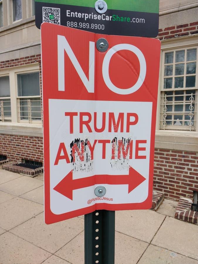 Nessun segno di parcheggio, nessun Trump in qualunque momento, segnale stradale politico divertente, Filadelfia, PA, U.S.A. fotografia stock