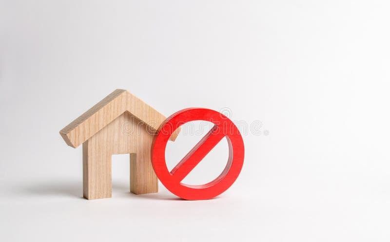 Nessun segno e la casa di legno Indisponibilità di rifornimento d'abitazione, occupato o basso Alloggio inaccessibile e costoso,  fotografia stock
