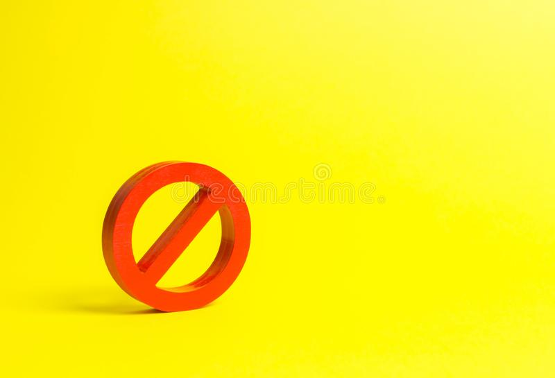 Nessun segno o nessun simbolo su un fondo giallo minimalism Il concetto della proibizione e della restrizione Censura, controllo  fotografia stock