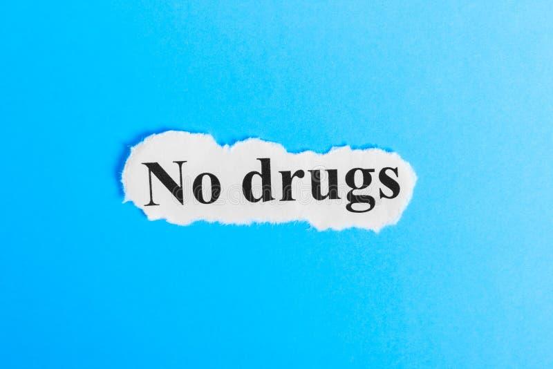 Nessun testo delle droghe su carta Esprima la droga di arresto su pezzo di carta Immagine di concetto immagine stock libera da diritti