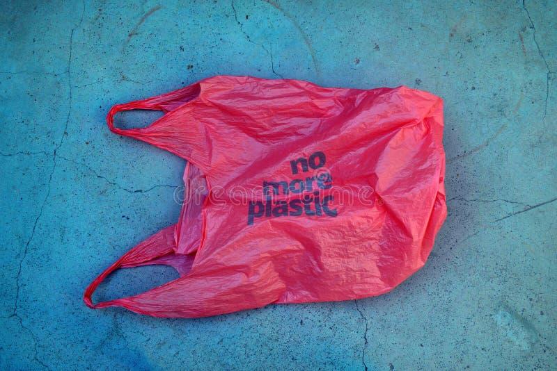 nessuna plastica Consapevolezza ambientale Borsa di immondizia di plastica rossa con il motto fotografie stock libere da diritti