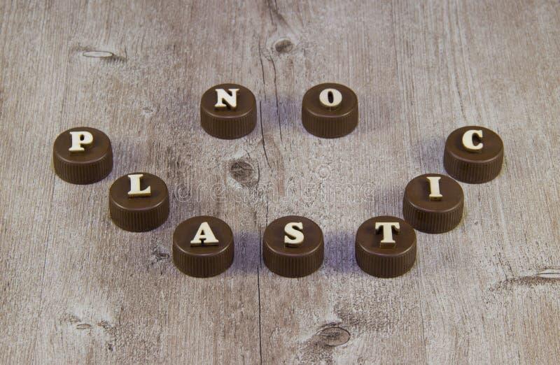 nessuna plastica Iscrizioni nelle lettere di legno sui tappi di bottiglia di plastica fotografia stock libera da diritti