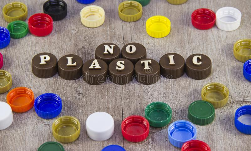 nessuna plastica Iscrizioni nelle lettere di legno sui tappi di bottiglia di plastica immagine stock libera da diritti