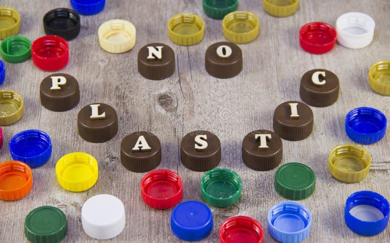 nessuna plastica Iscrizioni nelle lettere di legno sui tappi di bottiglia di plastica fotografia stock