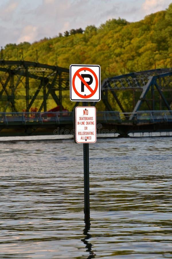Nessuno zoner di parcheggio in un fiume sommerso fotografia stock libera da diritti