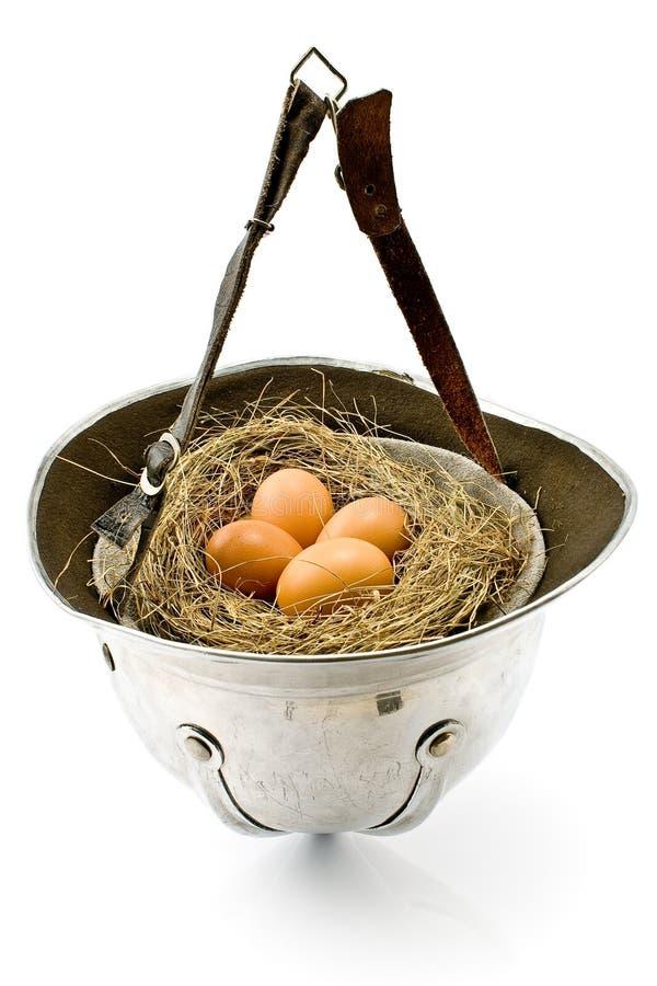 Nest mit Eiern im alten Armeesturzhelm stockfotografie