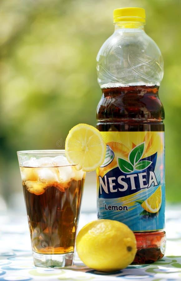 Nestea, una restauración hizo con té real y sabor natural del limón Nestea es una marca de té helado imágenes de archivo libres de regalías