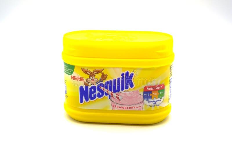 Nestle клеймил питье молочного коктейля клубники Nesquik в Recyclab стоковая фотография rf