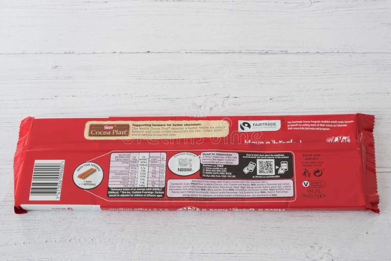 Nestle Oznakował KitKat palce w Recyclable Pakuje Wystawia Przetwarza symbolach na tyły pudełko obrazy royalty free