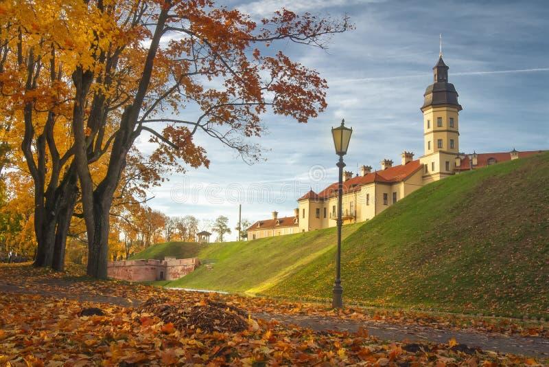 Nesvizh slott i höstaftonen, Vitryssland Minsk region royaltyfria foton