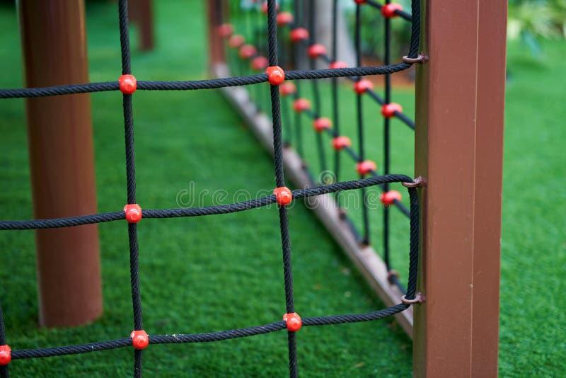 Net sur l'escalade du jouet dans l'aire de jeux photographie stock