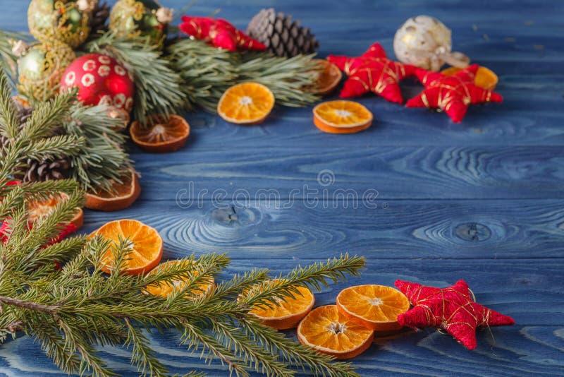 Net takje met droge oranje plakken op eiken lijst, Kerstmisbac royalty-vrije stock fotografie