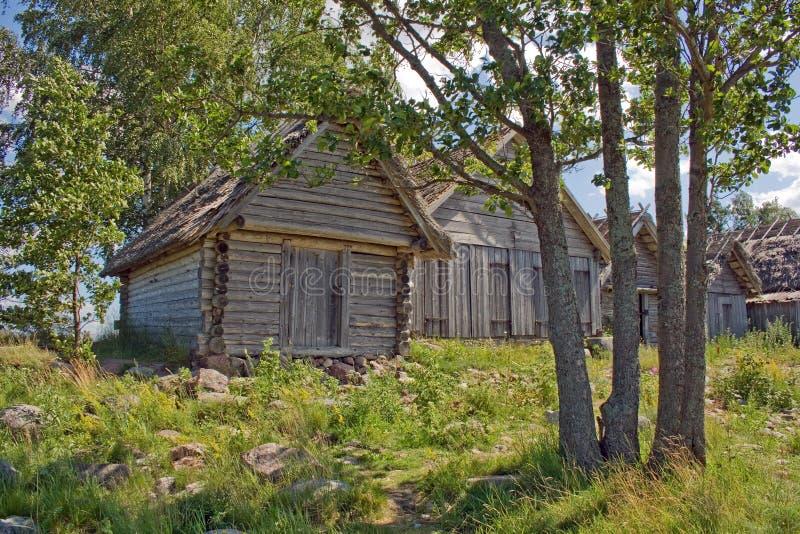 NET-tettoie di legno antiche un giorno soleggiato immagine stock