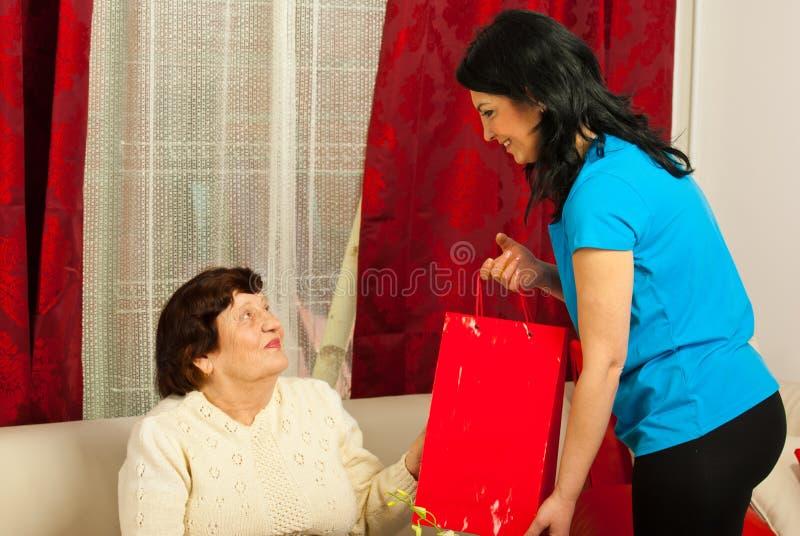 Neta com o presente para a avó imagens de stock