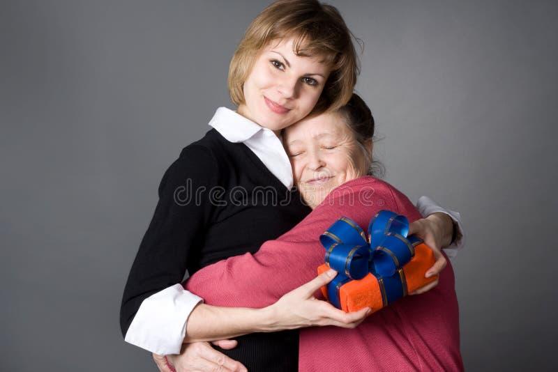 A neta e a avó abraçam-se foto de stock royalty free