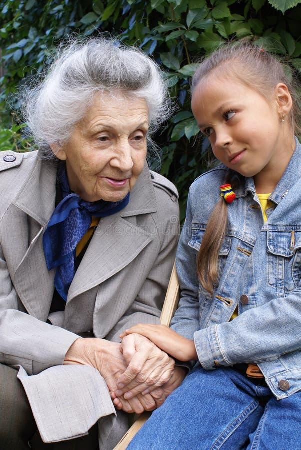 Neta e sua avó fotografia de stock royalty free