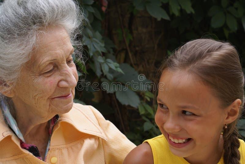 Neta e sua avó imagens de stock