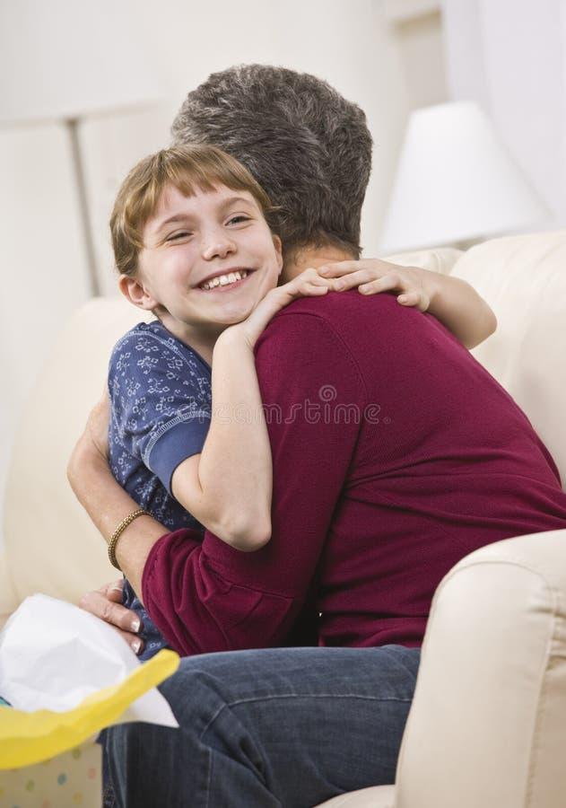 Neta que abraça a avó fotografia de stock royalty free