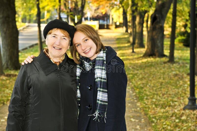 Neta que anda com avó fotografia de stock royalty free