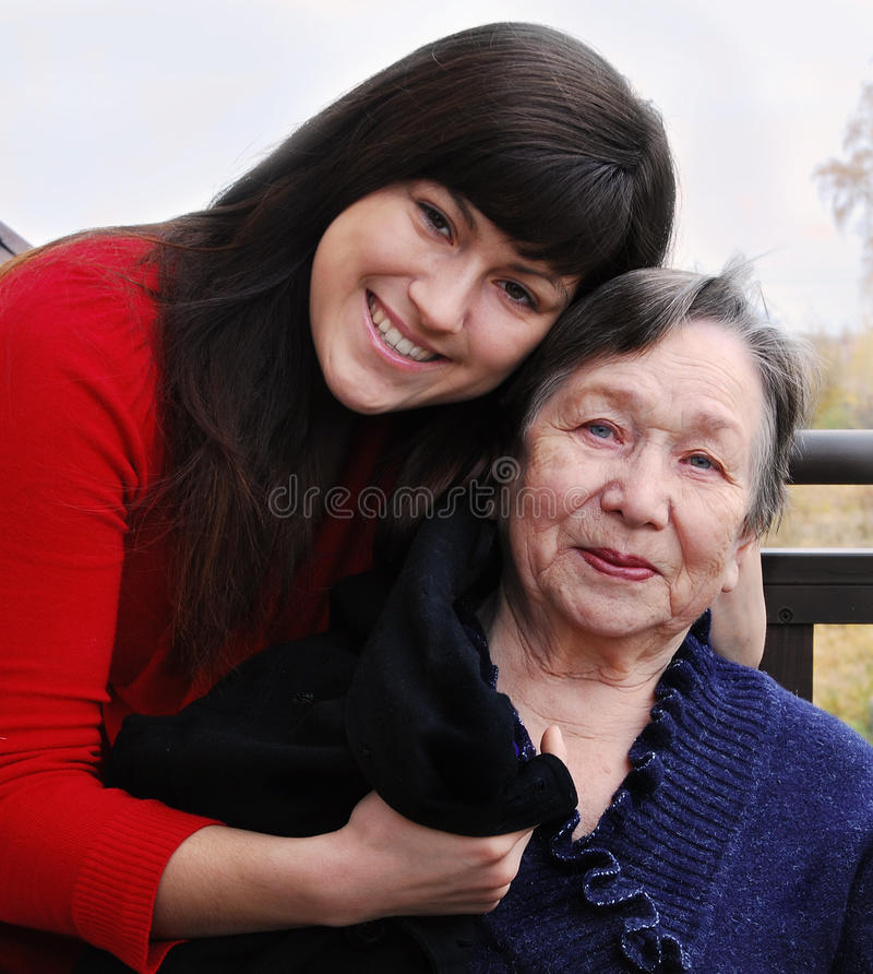 Neta que consola a avó imagem de stock
