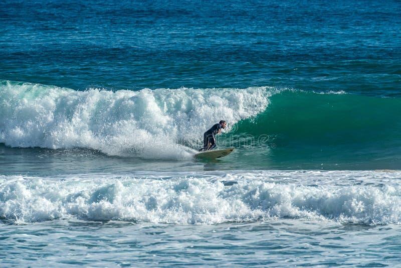 12/18/2018 Netanya, Israel, la persona que practica surf monta en la onda y realiza trucos en una onda fotos de archivo