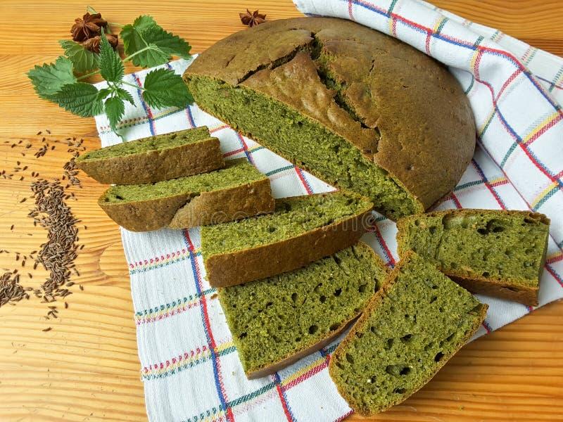 Netels groen rond brood, onkruiddeeg royalty-vrije stock foto's