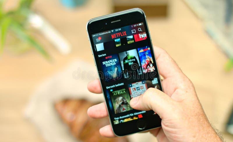 Netflix APP auf tragbarem Gerät stockbilder