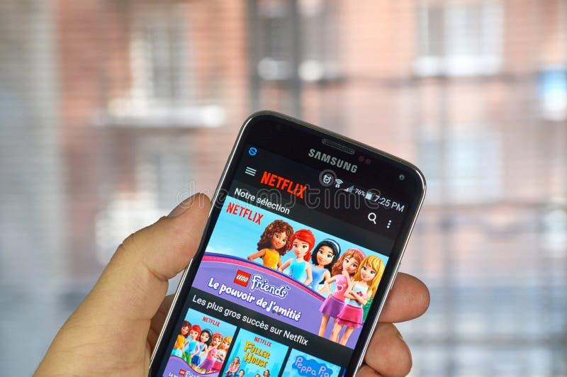 Netflix app op androïde celtelefoon royalty-vrije stock afbeeldingen