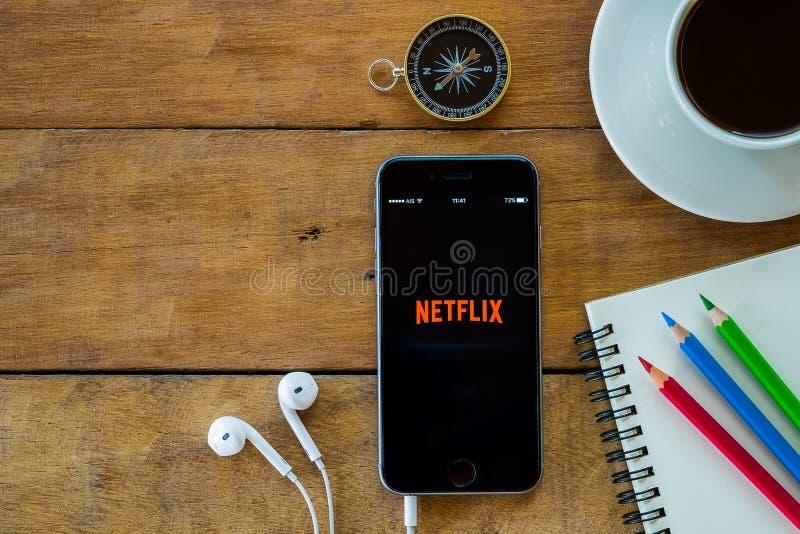 Netflix-apps, die auf iphone 6s darstellen lizenzfreie stockbilder