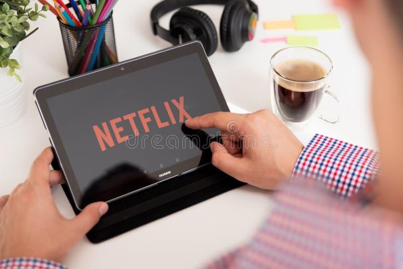 Netflix es proveedor global de fluir películas y serie televisiva fotografía de archivo libre de regalías