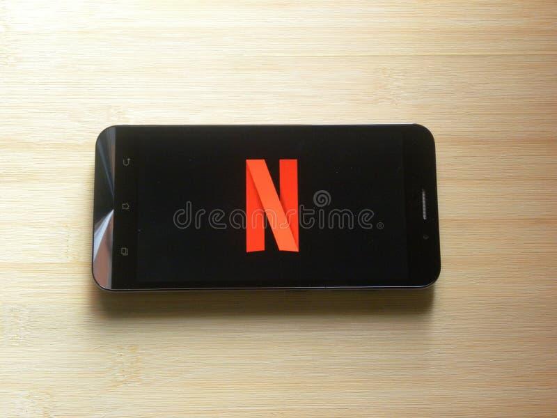 Netflix op mobiele telefoon stock fotografie