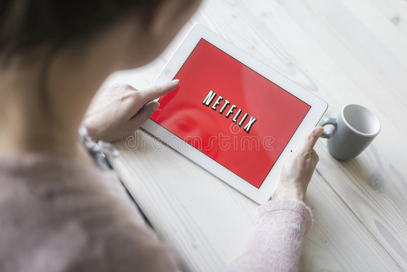 Netflix op tabletpc stock foto's